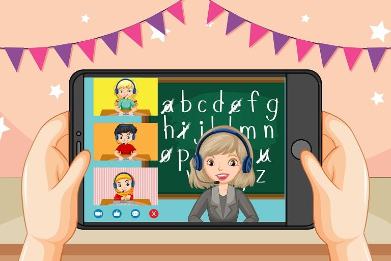 Imagen que muestra dos manos de niña sosteniendo una tableta con imágenes de clase