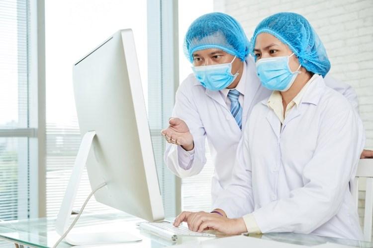Investigadora e investigador con una computadora