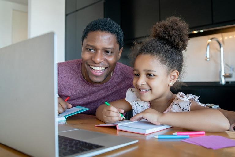 papá ayudando a su niña con las tareas