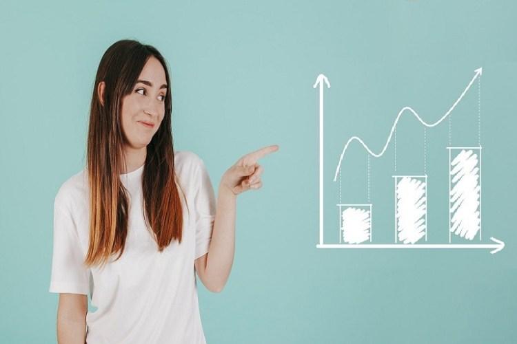 mujer que muestra un gráfico estadístico
