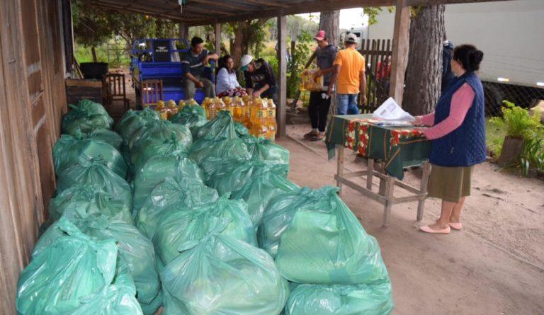 El Gobierno Nacional, con inversión de la Entidad Binacional Yacyreta (EBY) procedió a la distribución de kit de víveres a 1045 familias de pescadores de la zona de Ayolas, Yabebyry y Atinguy-Itapúa.