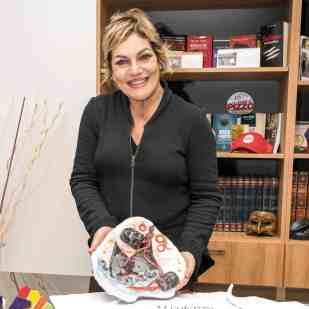 """Cristina Donadio con l'opera di """"Pako"""" Patrizia Contessa - Photo credit Gabriele Arenare"""