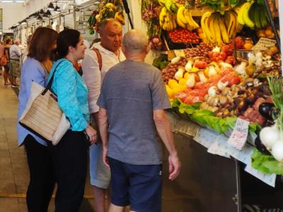 Varias personas compran en un mercado en Cádiz Elisa Manrique