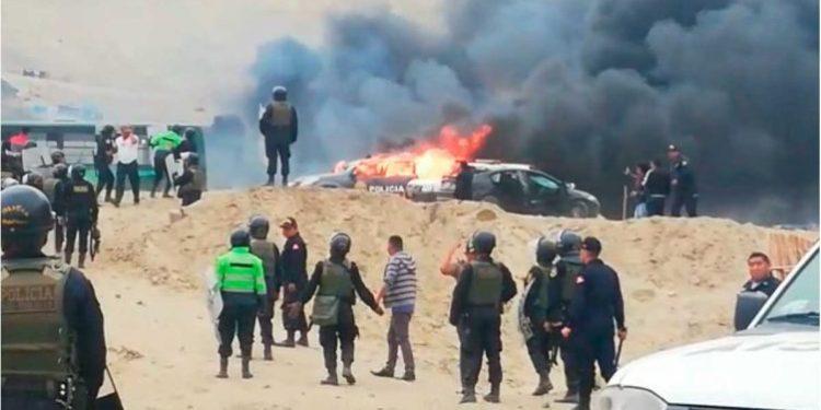 Invasores queman 4 patrulleros y un bus que llevaba policías en Nuevo Chao, La Libertad