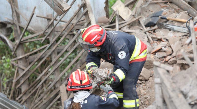 Arduo trabajo de Bomberos, en San Roque, luego de colapso estructural