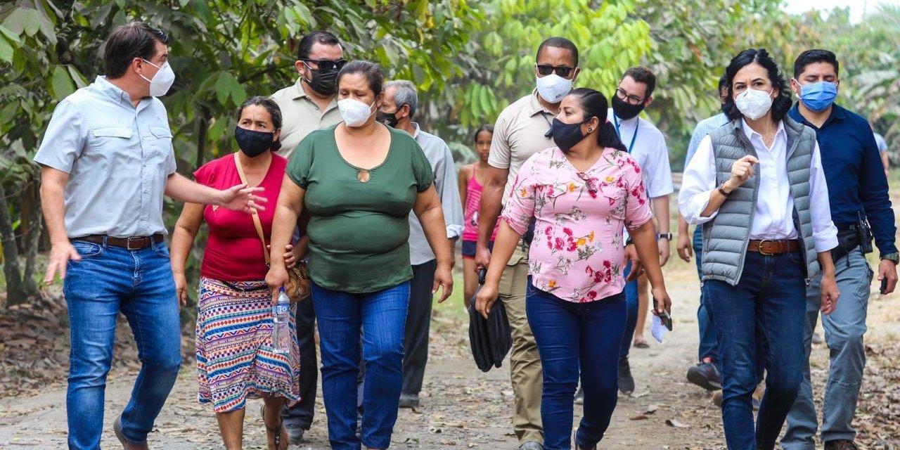 Vicepresidenta visitó a mujeres agricultoras cuya producción fue afectada por la caída de ceniza