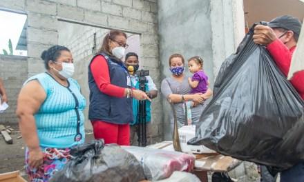 Familia afectada por incendio en Esmeraldas recibe ayuda humanitaria