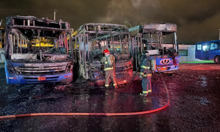 Bomberos Quito controló incendio de tres buses