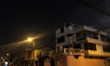 La emisión de ceniza del volcán Sangay deja en la oscuridad a Riobamba y Chambo