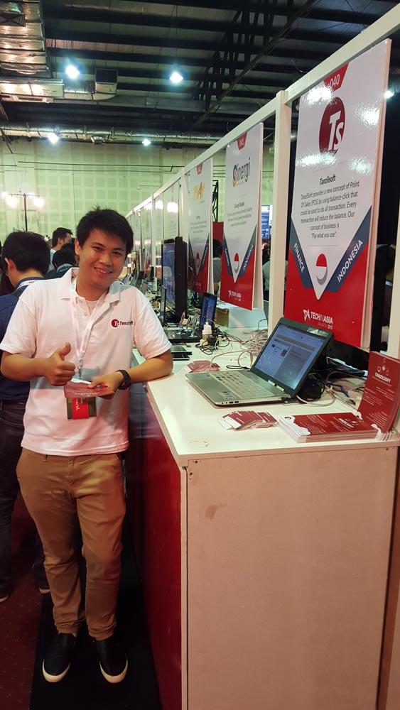 Kevin Tanzil Setiawan, Mahasiswa Teknik Informatika Program IMT Universitas Ciputra, Founder dan CEO Tanzil Soft , berfoto di depan boothnya di Tech In Asia 2015