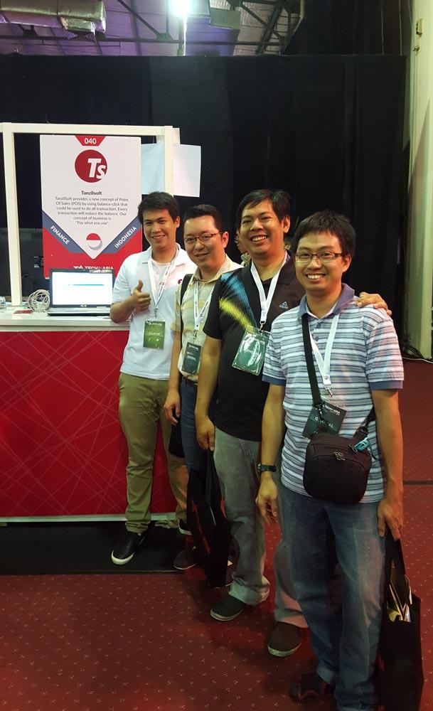 Usai sudah Tech In Asia Jakarta 2015, berfoto terlebih dahulu sebelum menutup booth yang disediakan Tech In Asia...