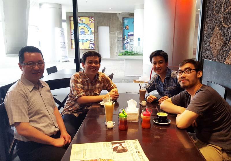 Mini networking: Stephanus Eko Wahyudi (UC), Tedo Salim (CEO Alkemis Studio), Arief Widhiyasa (CEO Agate Studio), dan Eka Pramudita Muharram (CEO Mojiken Studio) di salah satu coffee shop.