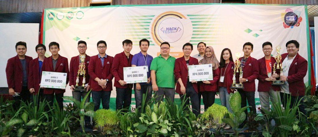 Team Juara UC menerima Piala dan berfoto dengan juri dari Tokopedia