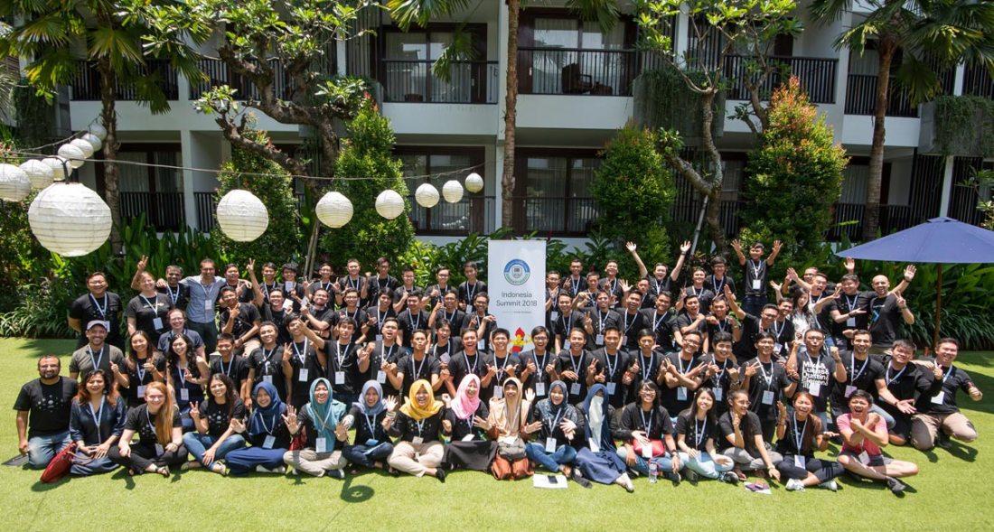 Berfoto bersama di akhir acara Google DSC Indonesia Summit 2018
