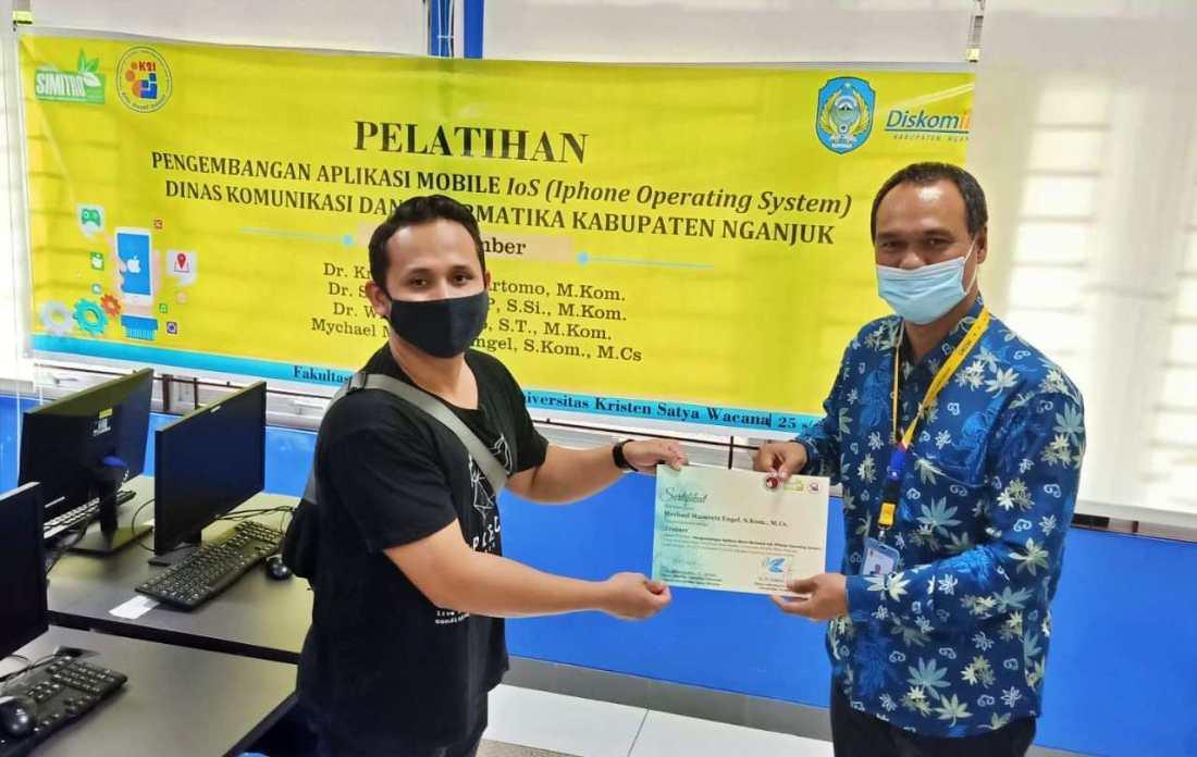 Pemberian sertifikat penghargaan atas kontribusi sebagai trainer di UKSW Salatiga