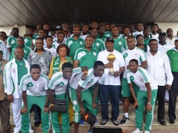 360x270-Governor-Godswill-Akpabio-posed-in-a-group-photograph-with-members-of_the_Super_Eagles_at_Government_House_Uyo_2