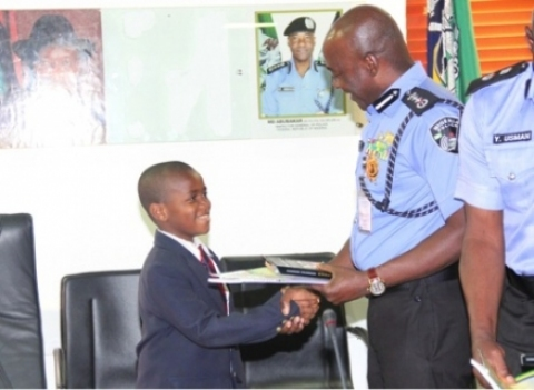 IGP PRESENTING GIFTS O STUDENTS OF PACESETTERS' COLLEGE, ABUJA. PHOTO CREDIT: SAHARA REPORTERS
