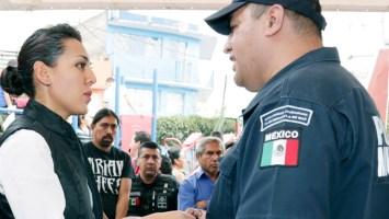 La alcaldesa de Tlalnepantla realiza la entrega de patrullas