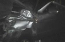 Conductor queda atrapado tras fuerte choque