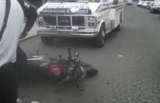 Motociclista se impacta contra vehículo