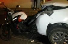 Impacta vehículo a motocicleta