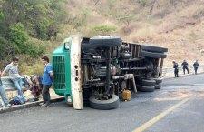 Vuelcan camión que habían robado
