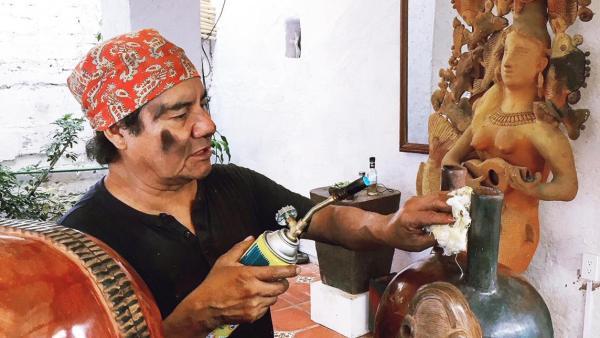 Galardonan al artista mixteco José Luis García en Aguascalientes