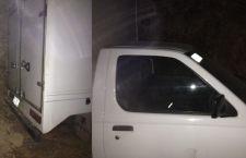 Abandonan camioneta luego de robar mercancía y dinero