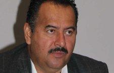 Haciendo gala de desfachatez, senador irrumpe en sesión legislativa de Oaxaca para dar abrazos
