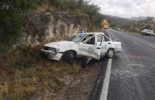 Choca taxi contra un cerro en la carretera 190