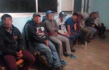 Descubren a guatemaltecos dentro de camioneta