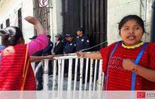 Con lujo de violencia, Lorena Merino, exige 40 casas y reinstala protesta a un costado de Palacio