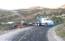 Vuelca torton con tabiques en Chazumba: En Tlaxiaco, dos vehículos chocan de frente