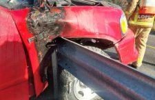 Se incrusta en barra metálica; conductor resultó lesionado