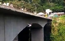 VIDEO: Rescatistas no logran convencerla y, frente a cámaras, madre con su hijo se tiran de puente