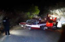 Abandonan camioneta pasajera luego de volcadura