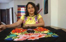Aprender a bordar para conservar el vestuario de la mujer zapoteca: Soraida Regalado Santiago, artesana
