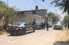 Aseguran a dos hombres que viajaban en un Jetta; uno de ellos fue señalado de forzar la puerta de una casa