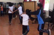 Maestro se viraliza por dar clases de baile en primaria de Etla