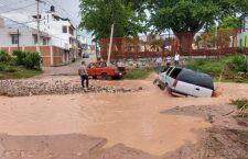 Creciente de ríos arrastra a dos vehículos en Huajuapan | Informativo 6y7