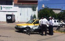 Choque entre taxi y moto deja daños materiales en Huajuapan   Informativo 6 y  7