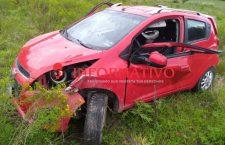 Vehículo se sale de la vía 190, y muere uno de los tripulantes en Huajuapan | Informativo 6 y 7