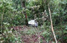 Camioneta se sale de camino; muere chofer y una mujer resultó lesionada