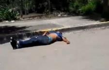 Motociclista supuestamente se pasó el alto del semáforo y sale «volando», al ser presuntamente impactado