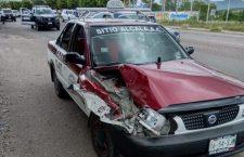 Taxista se impacta en patrulla aparentemente por ir texteando   Informativo 6 y 7