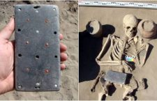 """Arqueólogos encuentran un extraño objeto que semeja a un """"iPhone"""" de 2 mil 100 años de antigüedad"""
