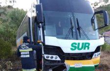 Chofer de autobús pierde el control y se sale de carreteraen la Mixteca
