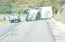 Vuelca camión por peso en curva, cerca de Yanhuitlán | Informativo 6 y 7