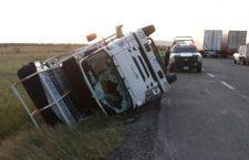 Vuelca camión en el Istmo por fuertes vientos
