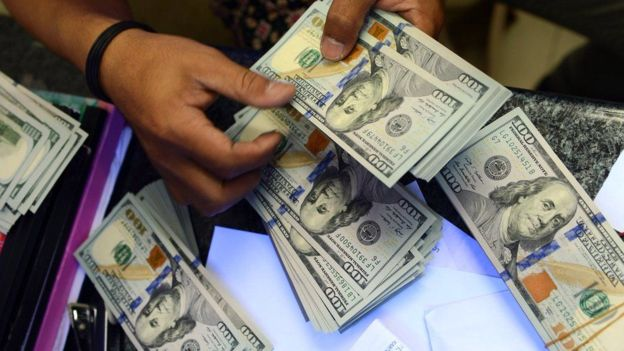 Dólar chegará a valer 405.25 kwanzas até ao final de Ano